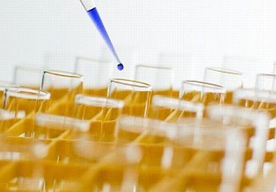 Testbekers in een laboratorium. Research and development. Onderzoek in uitvoering.